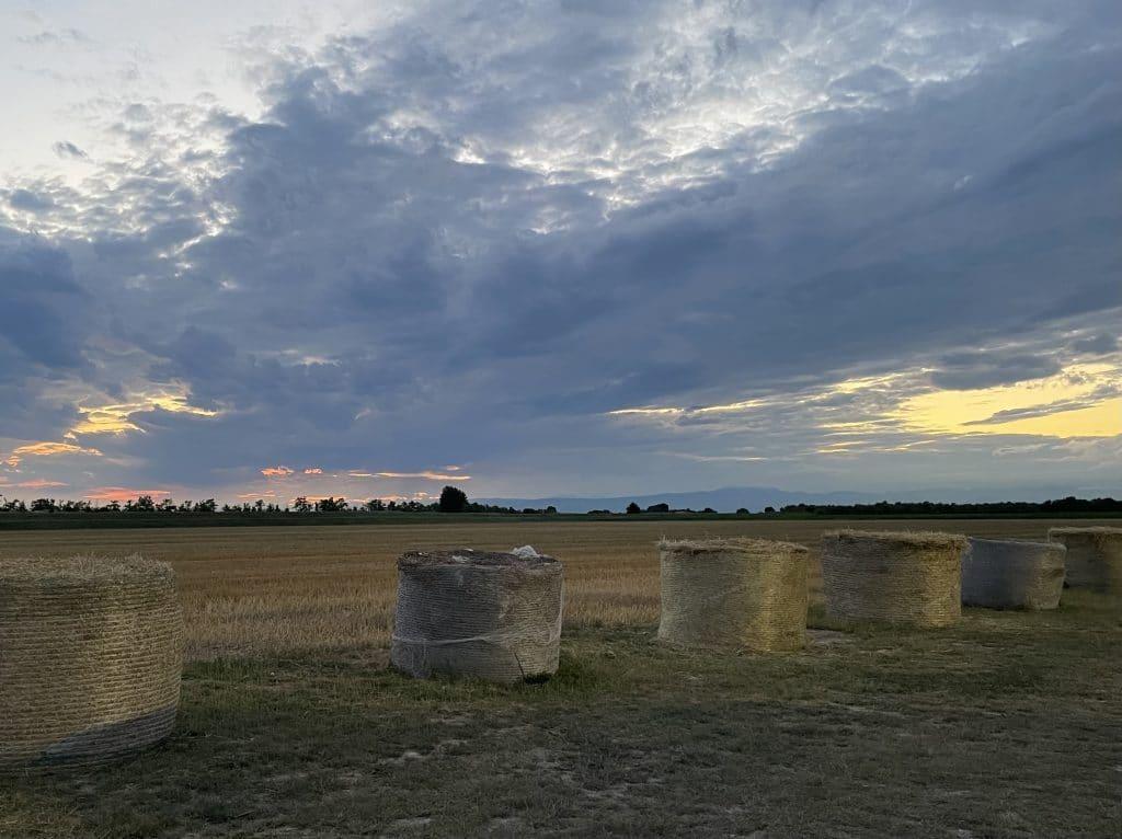 Foto del tramonto a Venezia con balle di fieno