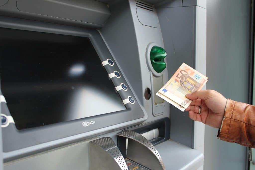 Depositare contanti in un bancomat Unicredit